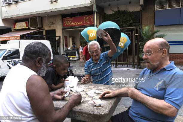People playing cards on the Rua Almirante Goncalves in Rio de Janeiro, Brazil, 9 July 2016. PHOTO: PETER BAUZA/dpa | usage worldwide