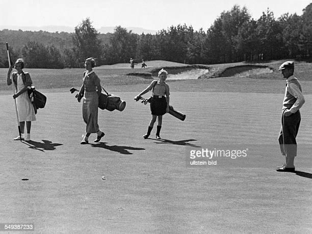 People playing golf 1938 Photographer Heinz von Perckhammer Vintage property of ullstein bild
