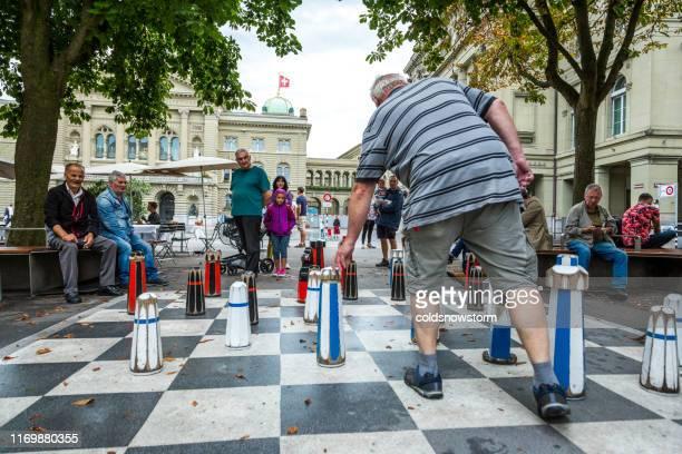 スイス、ベルンの旧市街の通りで等身大のチェスをする人々 - 実物大 ストックフォトと画像