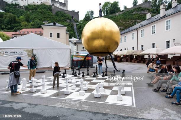 オーストリア、ザルツブルクの旧市街の通りで等身大のチェスをする人々 - 実物大 ストックフォトと画像