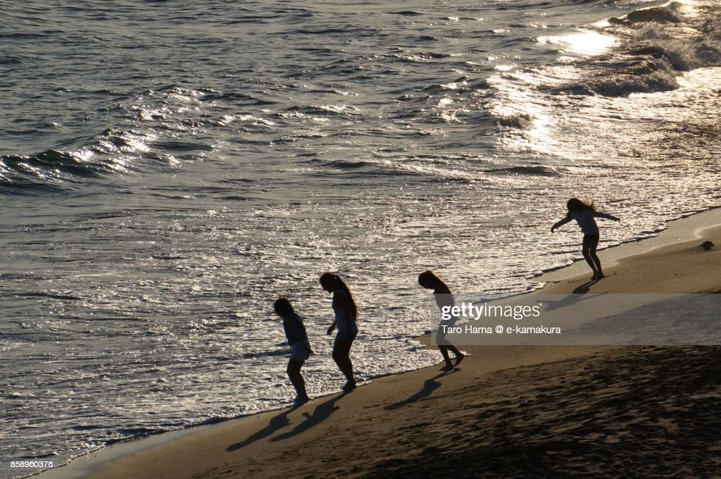 People playing on the sunset beach in Kamakura city in Kanagawa prefecture in Japan : ストックフォト