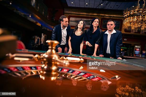 Menschen spielen roulette im casino