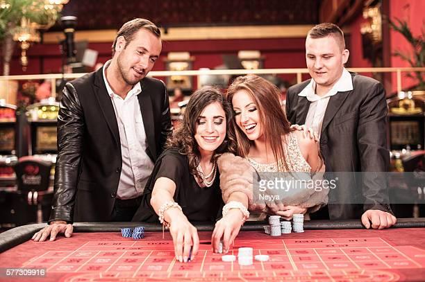 Personnes jouant à la roulette au casino