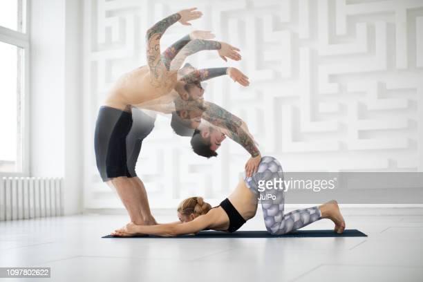 Menschen, die Yoga praktizieren