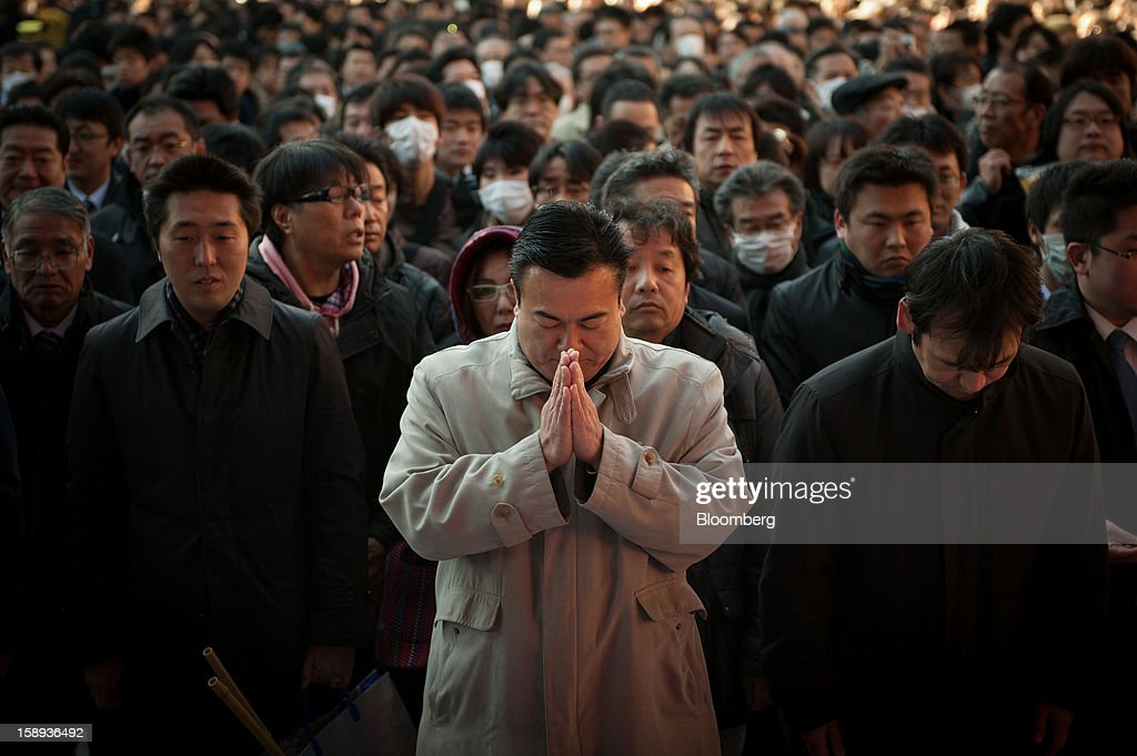 Office Workers Pray At Kanda Shrine On The First Day Of Business In 2013