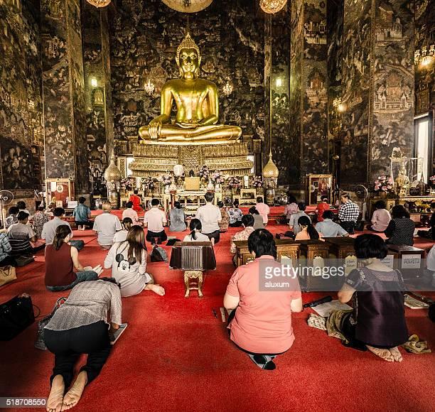 pessoas para orar no templo budista de wat suthat - templo - fotografias e filmes do acervo