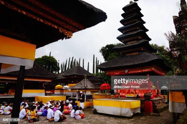 people praying at pura ulun danu bratan temple, colourful, bedugul, bali, indonesia - meru filme stock-fotos und bilder