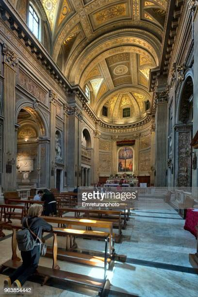people praying in a church in rome on a sunny day. - emreturanphoto stock pictures, royalty-free photos & images