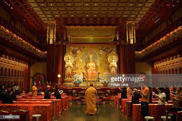 people praying inside buddha tooth relic temple in chinatown. - oudheden stockfoto's en -beelden