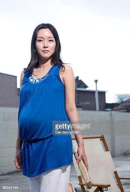 people, pregnant woman on the street - koreanischer abstammung stock-fotos und bilder