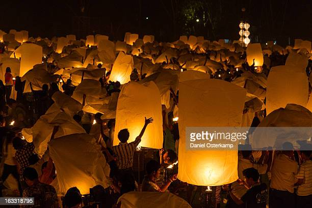 people prepare for lantern launch during yi peng - yi peng stock pictures, royalty-free photos & images