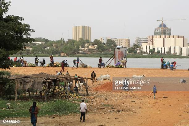 People prepare fruit to sell along the Niger River on December 21 in Niamey / AFP PHOTO / LUDOVIC MARIN