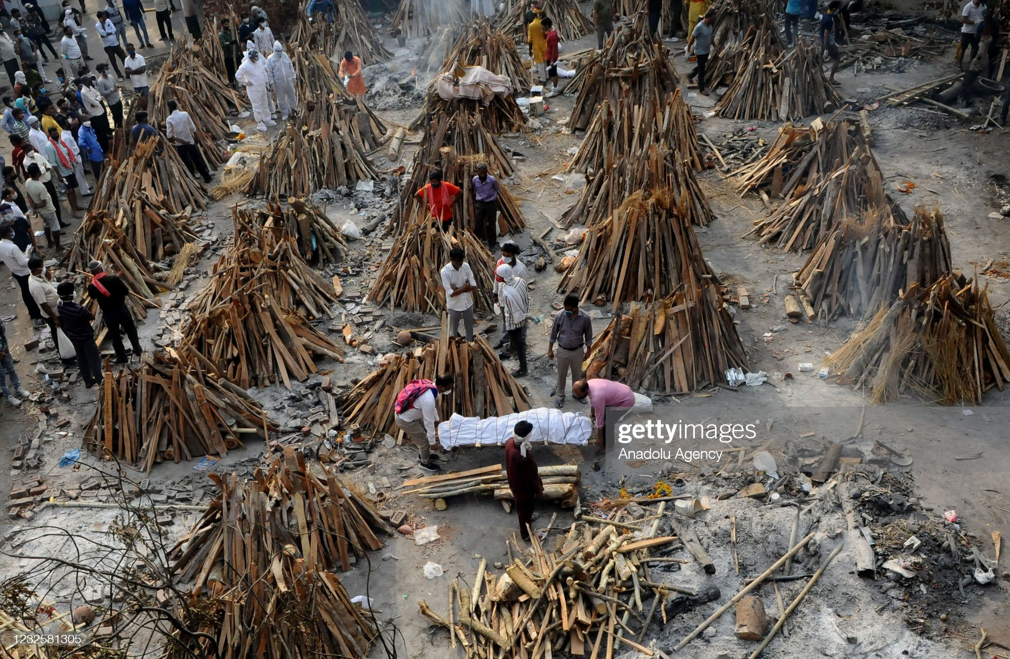 Mass cremation for Covid-19 victims in New Delhi : News Photo