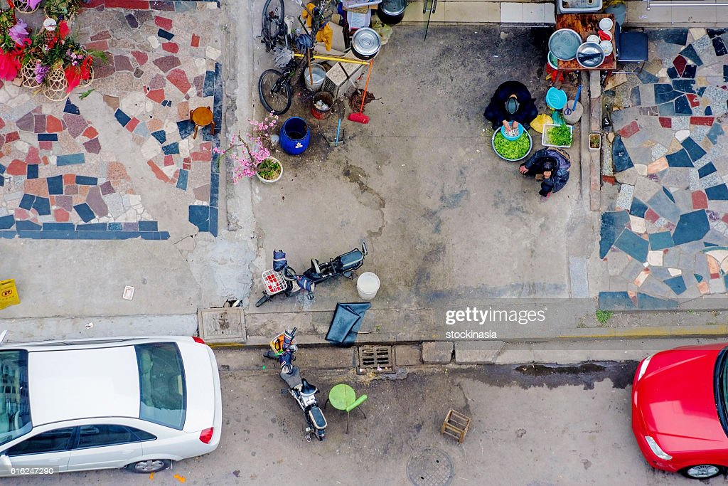 People preparing vegetables from above : Foto de stock