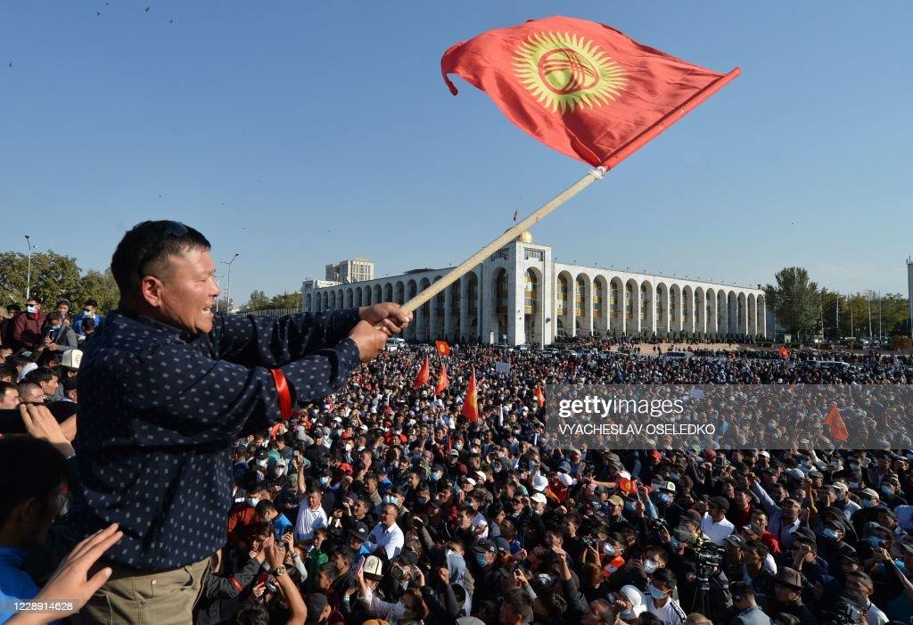 TOPSHOT-KYRGYZSTAN-VOTE-DEMONSTRATION : News Photo