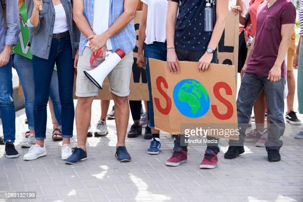 les gens protestent contre l'opinion multiculturelle - rechauffement climatique photos et images de collection