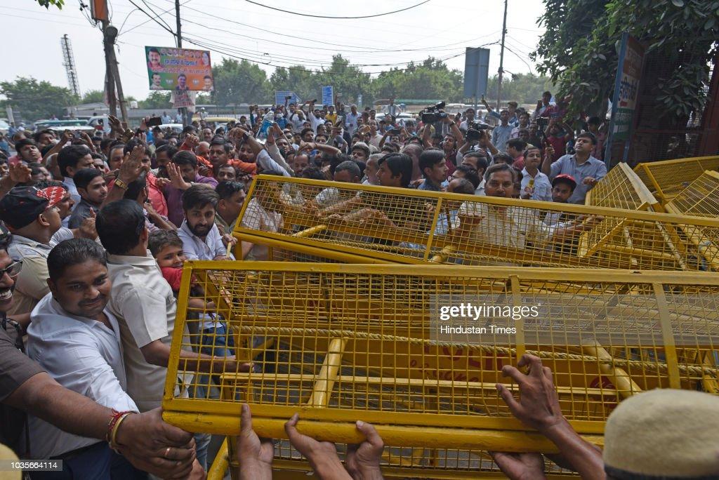 BJP Leader Manoj Tiwari Breaks Seal Of East Delhi House