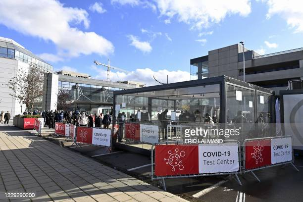People queue to be screened for Covid-19 at a testing station set up at Brussels Airport, in Zaventem, on October 26, 2020. / Belgium OUT