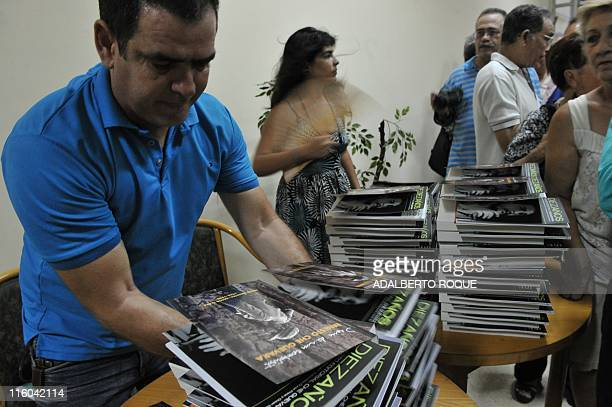 People queue to buy 'Diary of a Combatant' an unpublished diary that revolutionary icon Ernesto 'Che' Guevara kept during the guerrilla campaign that...