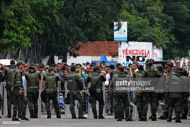 People queue to cross the Francisco de Paula Santander international bridge linking Urena in Venezuela and Cucuta in Colombia despite the border...