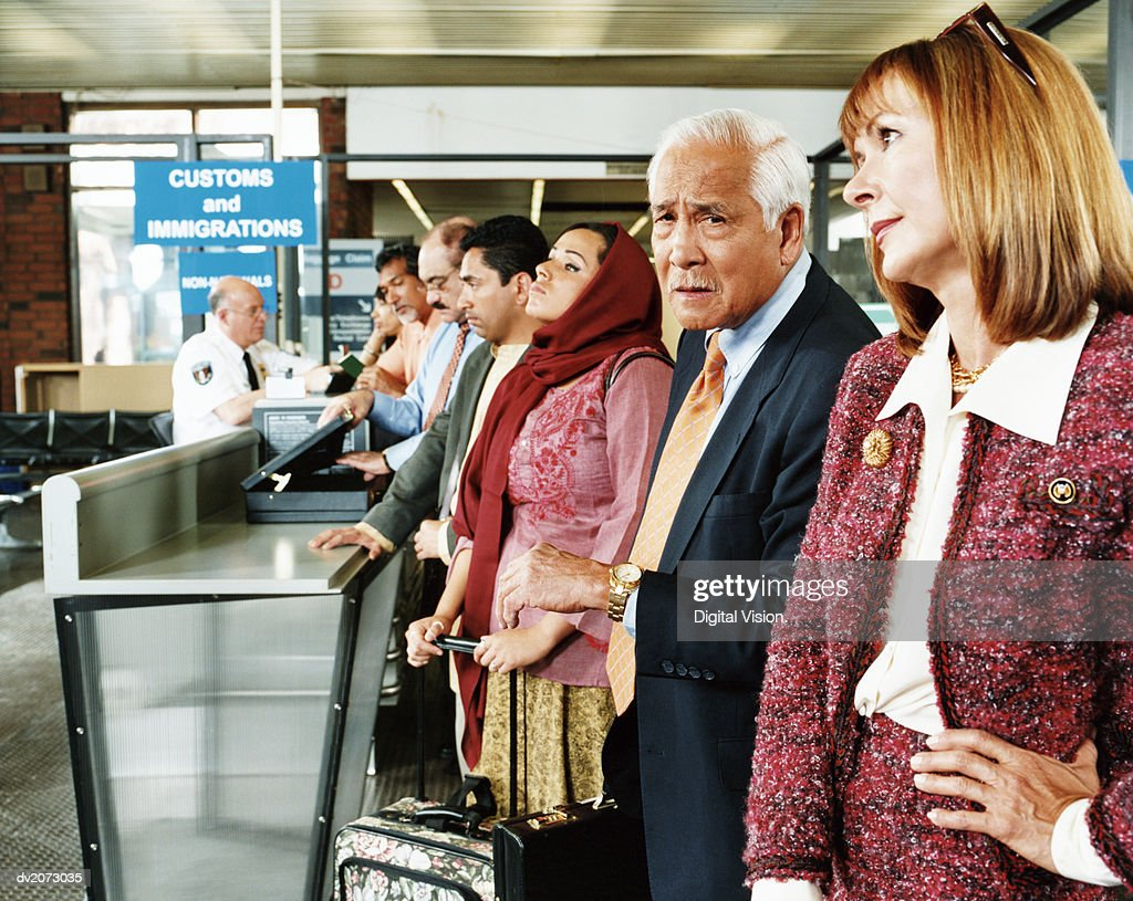 People Queuing at Airport Security : Stock-Foto