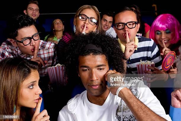 Personnes quieting noisy personne de cinéma