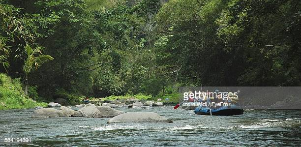 people rafting on river - rafting - fotografias e filmes do acervo