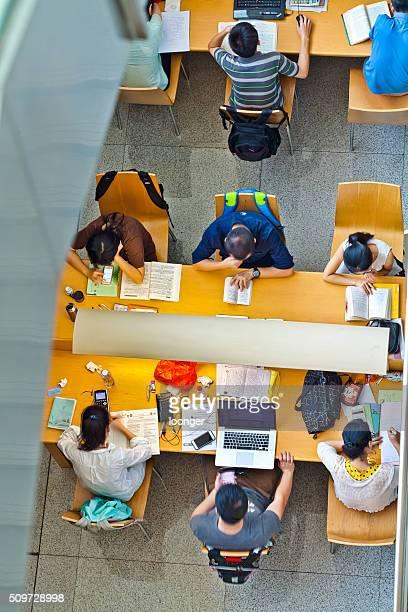 Menschen lesen Bücher in Shenzhen Bibliothek