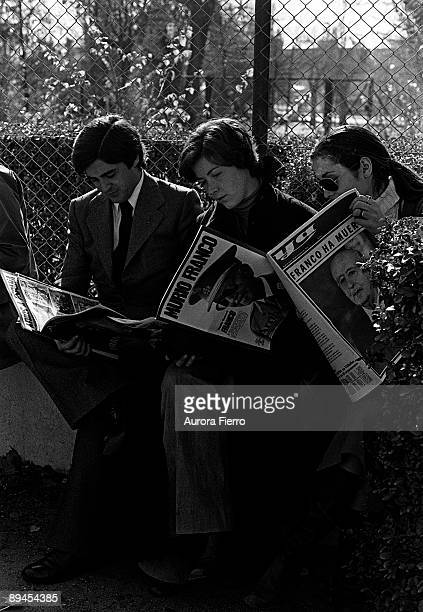 People reading newspapers that they announce Franco 's death The Spanish population receives the news of Franco 's death November 20 1975