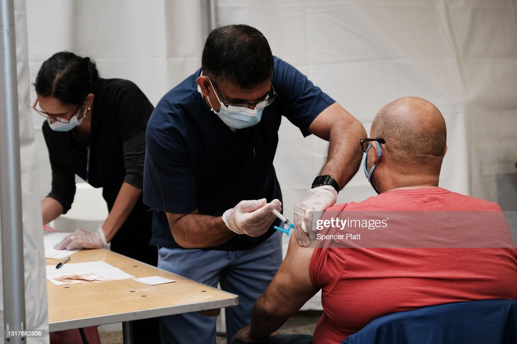 New York Opens Pop-Up Vaccination Sites At MTA Stations, Offering Free Metro Cards : News Photo