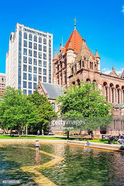 as pessoas relaxam na copley square fountain em boston massachusetts eua - usa - fotografias e filmes do acervo