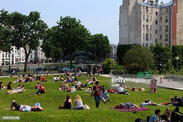 Personnes relaxant au Jardin Villemin à Paris