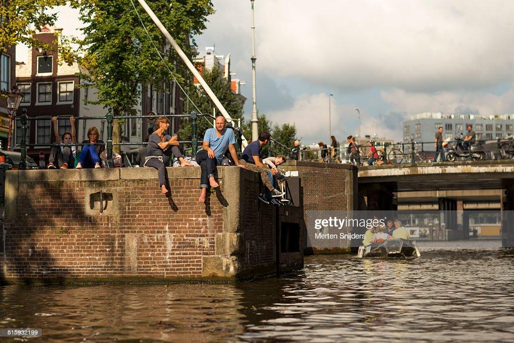 People relaxing at the Eenhoornsluis : Stockfoto