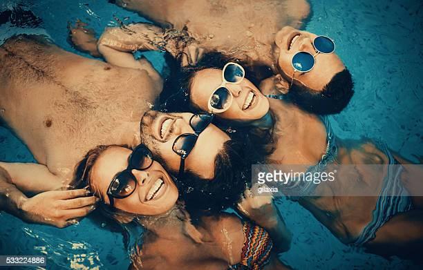 Personnes relaxant dans la piscine.