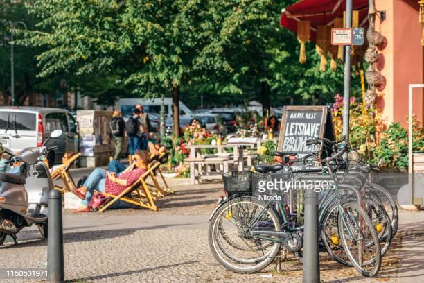 ドイツ・ベルリンでくつろぐ人々 - プレンツラウアーベルグ ストックフォトと画像