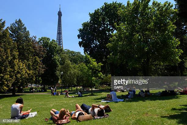 people relaxing in the jardins du trocadero - esplanade du trocadero stock pictures, royalty-free photos & images