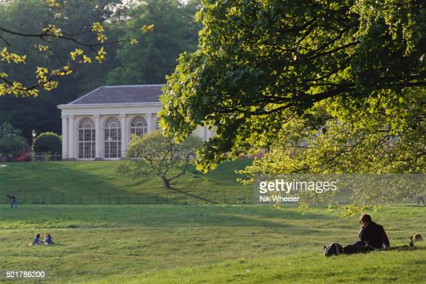 people relaxing near kenwood house - kenwood house - fotografias e filmes do acervo