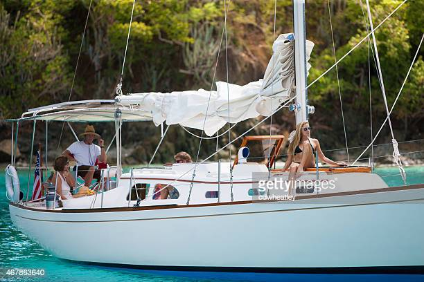 Personnes relaxant sur un bateau à voile dans les îles Vierges américaines