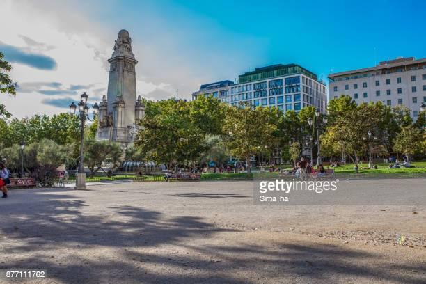 people relaxing on plaza de espana with servantes monument in madrid - santa barbara foto e immagini stock