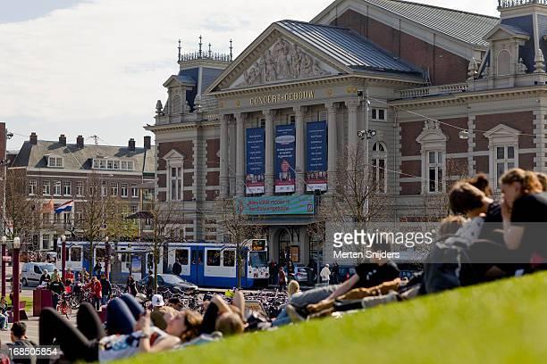 people relaxing outside concert gebouw - merten snijders stockfoto's en -beelden