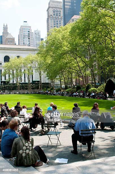 リラックス、ニューヨークの人々。 - ブライアント公園 ストックフォトと画像