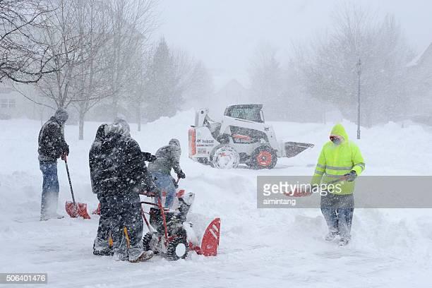 Mitarbeiter entfernen Schnee von der Straße