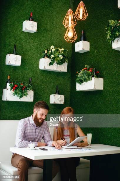 Mensen huren van hete bureaus in restaurants voor co-werken