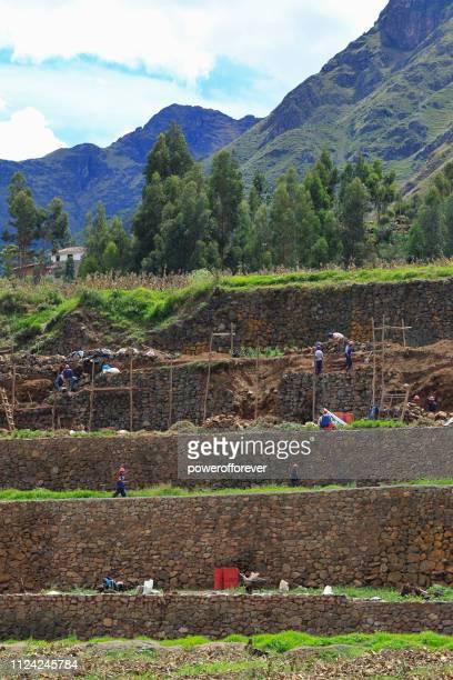 Menschen, die Wiederherstellung der Inka Terrassen im Heiligen Tal der Inkas in Peru