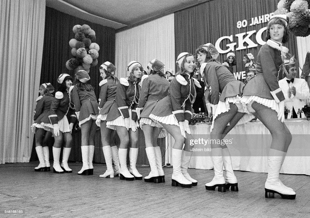 people, Rhenish carnival, dancing group in costumes, girls, aged 20 to 25 years - 02.02.1975 : News Photo