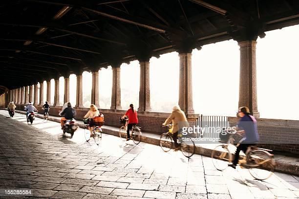 人乗り自転車とバイク - イタリア パヴィア ストックフォトと画像