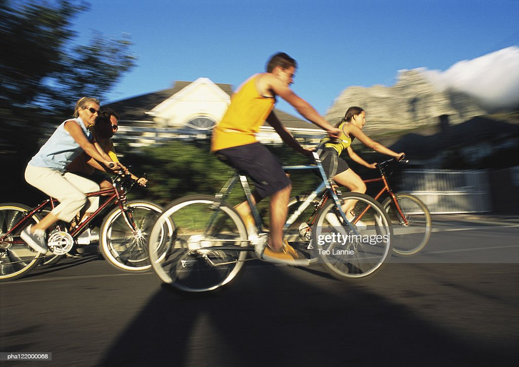People riding bikes, side view, blurred motion : Stockfoto