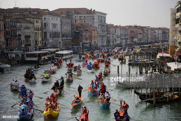 TOPSHOT People row during the masquerade parade on Grand Canal during Venice Carnival on February 12 2017 in Venice / AFP / Marco BERTORELLO