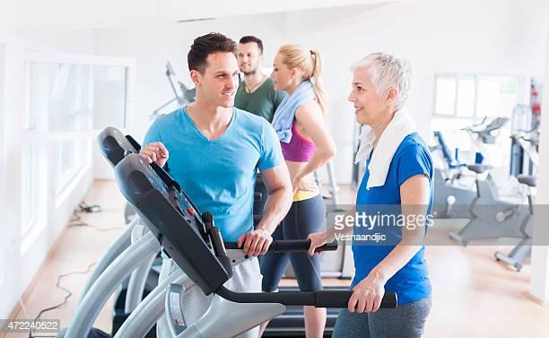 Menschen Laufen auf dem Laufband im Fitnessraum