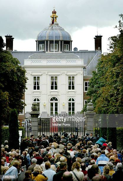 People rush to the gate of the royal Palace 'Huis ten Bosch' Queen Beatrix's The Hague residence October 7 2002 in The Hague The Netherlands The...